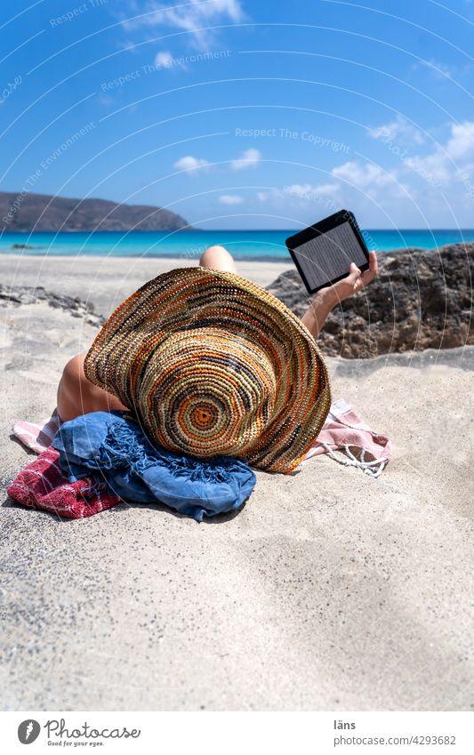 Lesen am Strand Frau Ferien & Urlaub & Reisen ebook Reader Erholung lesen Buch Hut liegen Mensch Außenaufnahme 1 Erwachsene Farbfoto Küste Meer Strandlektüre