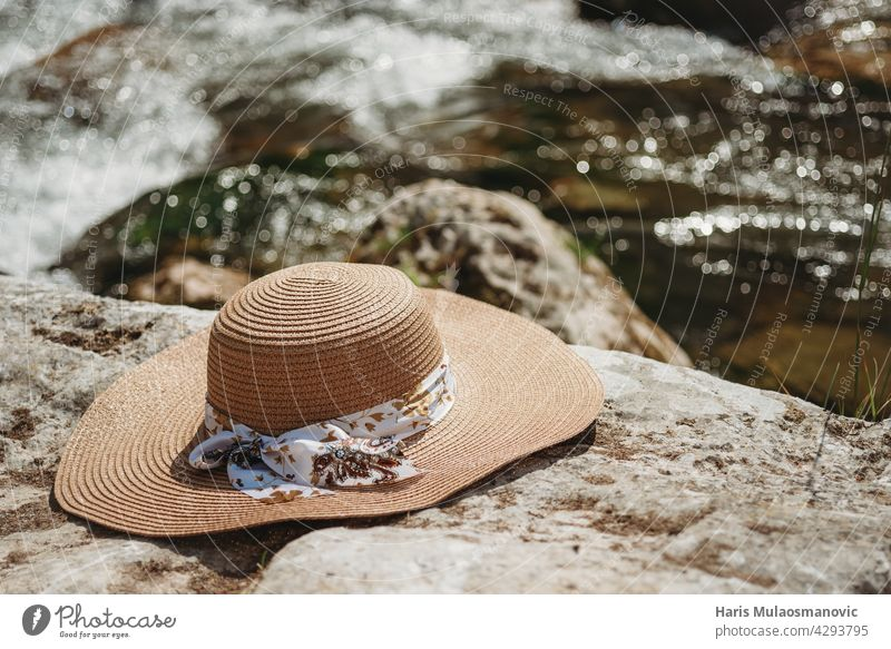 Sommerhut auf den Felsen am Fluss Accessoire Hintergrund Strand blau Nahaufnahme Küste Konzepte Couture direkt Eleganz genießen Mode Rahmen Hut Feiertag Bild