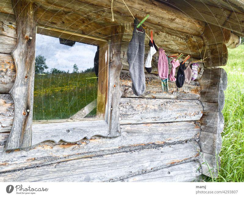 Der Einzelsocken-Wanderweg beginnt hier, bei dieser alten, verwitterten Hütte. Holzwand Fenster Idylle idyllisch rustikal solide Almhütte abgelebt rissig