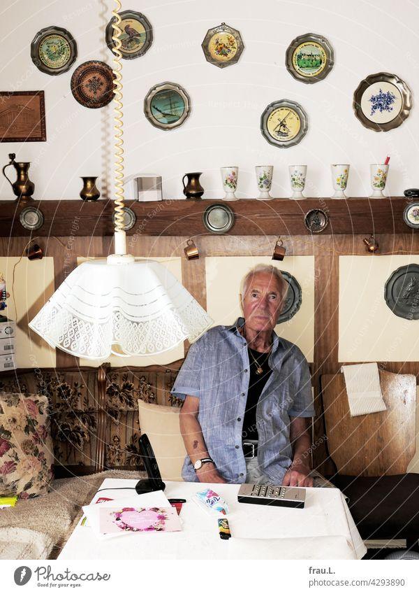 Heinz und seine Küche sitzen Dekoration & Verzierung attraktiv Mann Gesicht Porträt Goldkette Kette Bart Schnurrbart Selbstbewusst maskulin Sitzecke