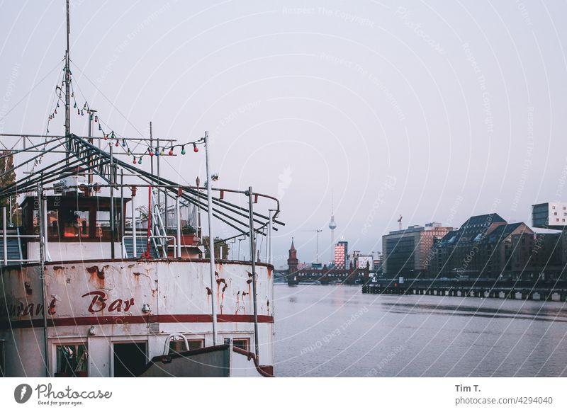 Schiff und Fernsehturm morgens an der Spree River Friedrichshain Treptow Hoppe Tosse Fluss Oberbaumbrücke Grenze Berlin Hauptstadt Stadt Außenaufnahme