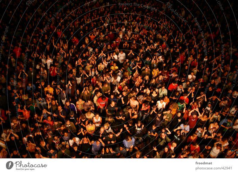 Birdview Konzert Vogelperspektive Menschenmenge Nacht Lärz Party mehrere Stimmung Rauschmittel verstrahlt Ausgelassenheit Handzettel Pogo Licht blenden