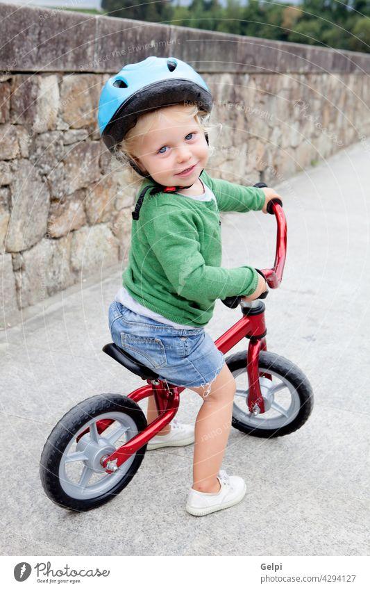 Kleines Kind fährt mit dem Fahrrad runter Sommer Baby wenig Park Sicherheit Glück Kleinkind Zyklus außerhalb aktiv Mitfahrgelegenheit Sport Schutzhelm jung