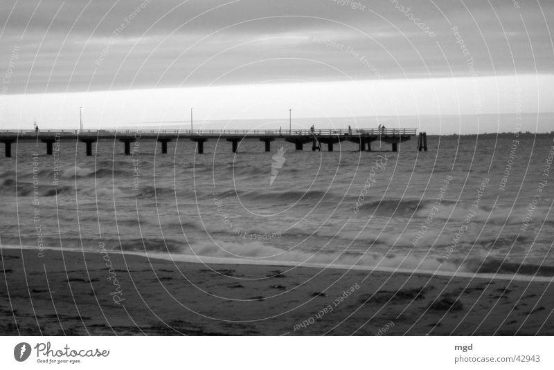Abendstimmung Meer Strand Sonnenuntergang Wellen Horizont Wasser Brücke Sand Schwarzweißfoto