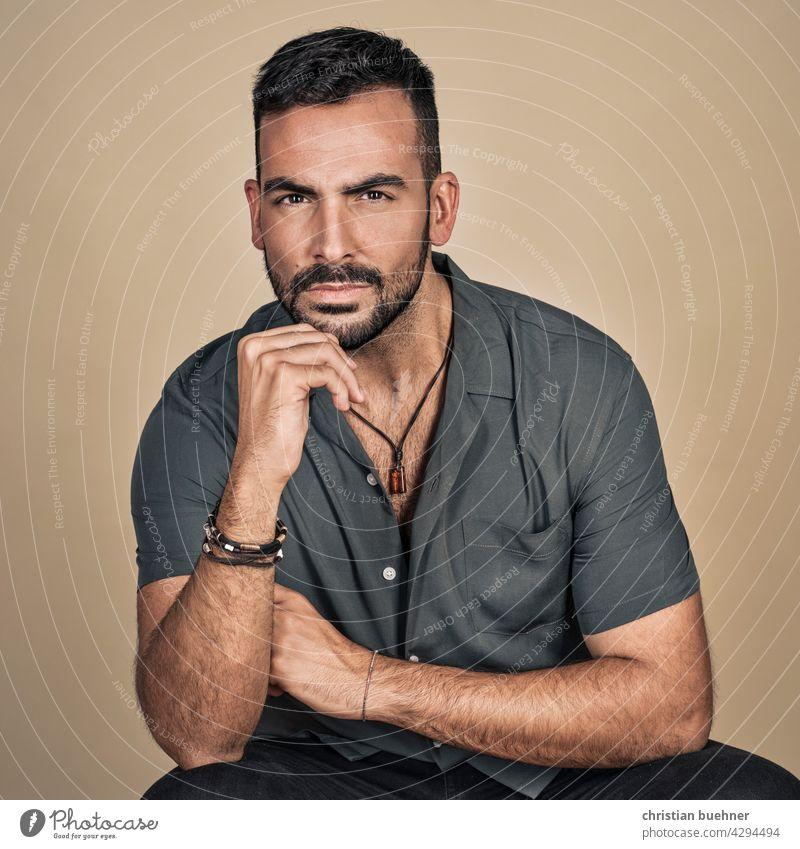 junger mann- mode shoot im studio portrait moide fashion schmuck armband halskette cool model Werbung hand intensiv erotik