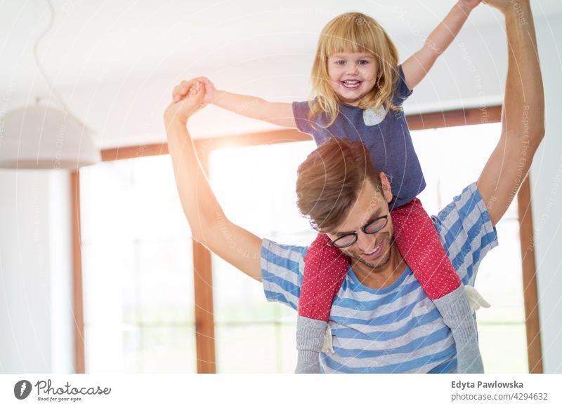 Vater Giving Tochter Huckepack Fahrt heimwärts Haus Mann Papa Familie Eltern Verwandte Kind Mädchen kleines Mädchen Kinder Partnerschaft Zusammensein