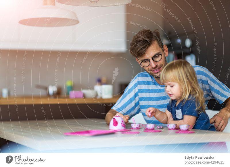 Vater und Tochter haben eine Teeparty zu Hause heimwärts Mann Papa Familie Eltern Verwandte Kind Mädchen kleines Mädchen Kinder Partnerschaft Zusammensein