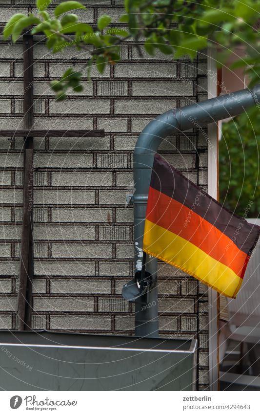 Deutschlandfahne im Kleingarten abend kleingarten kleingartenkolonie menschenleer ruhe saison schrebergarten textfreiraum deutschlandfahne nationalität