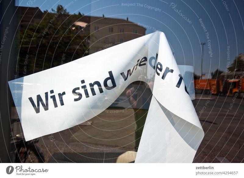 Wir sind wieder f aussage bandarole botschaft corona einladung farbe geschäft laden message nachricht parole politik reröffnung schaufenster schrift slogan