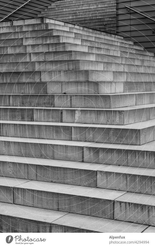 die 33 Stufen der Weisheit Treppe stufen Menschenleer Außenaufnahme Treppenstufen aufwärts abwärts Strukturen & Formen Aufstieg Aufstiegschancen Karriere