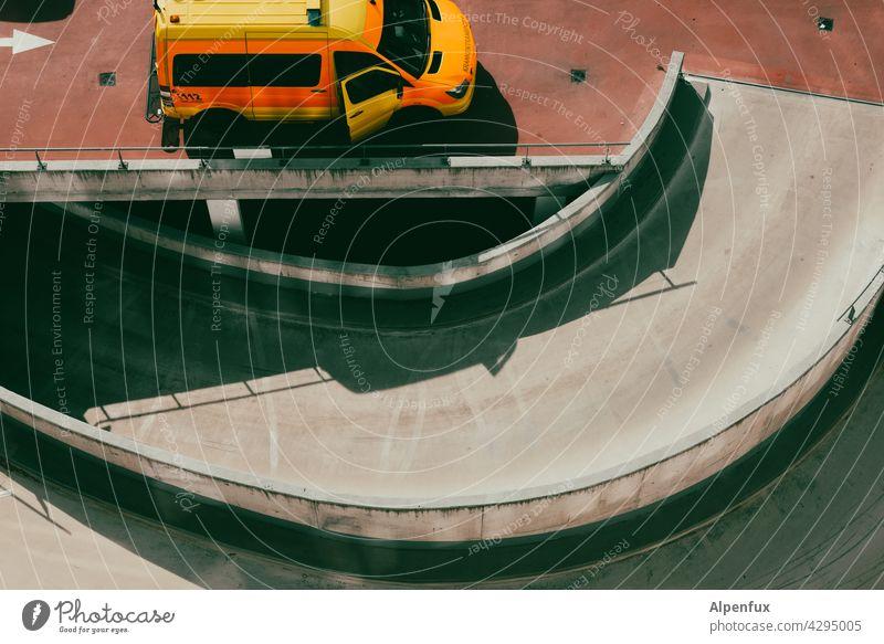 hoher Einsatz Krankenwagen Parkhaus Warnleuchte Straße Notfall Menschenleer gefährlich Unfall bedrohlich Rettung Verkehr retten Verkehrsunfall Sicherheit