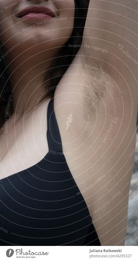 Frau zeigt stolz ihre Achselbehaarung Achselhaare Stoppel Haarstoppeln Haare & Frisuren Feminismus Haut Gesicht feminin Körper Erwachsene Oberkörper Mensch