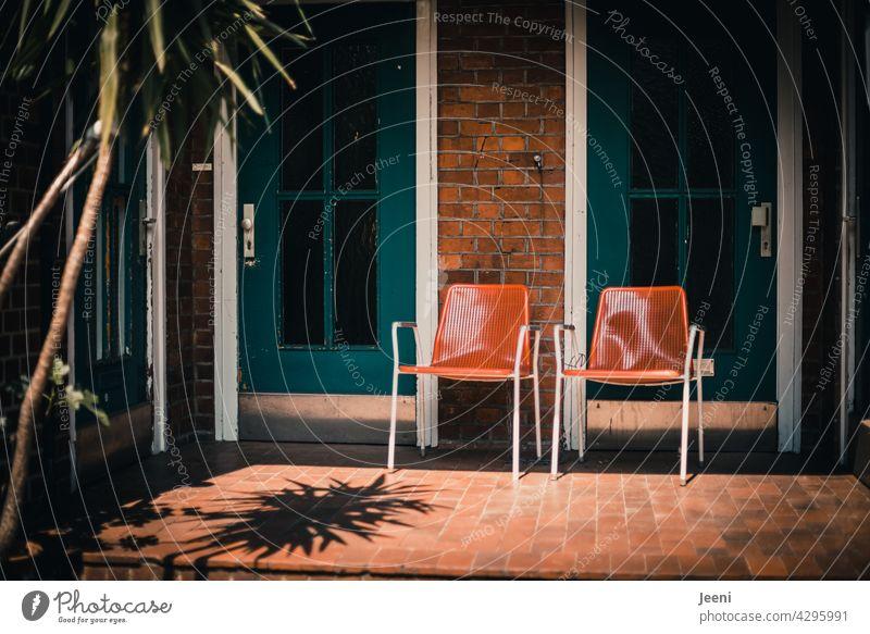 Gute Nachbarschaftsidylle Stühle zwei Stadt urban städtisch städtisches Leben Haus zuhause Nachbarschaften klönen schnacken unterhalten unterhaltung