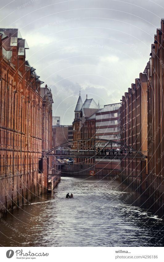 Die Speicherstadt zu Hamburg Fluss Alte Speicherstadt historisch Kulturerbe Sehenswürdigkeit Wahrzeichen Elbe Brücke Lagerhauskomplex Fleet