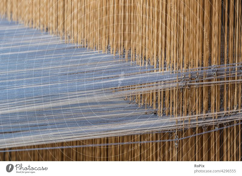 Garnaufhängung eines alten Webstuhls. Leinen Kasette Mechanik Technik Maschine Knoten Verzahnung Textil Spinnerei ratio Werkstatt Museum frabric Fabrik