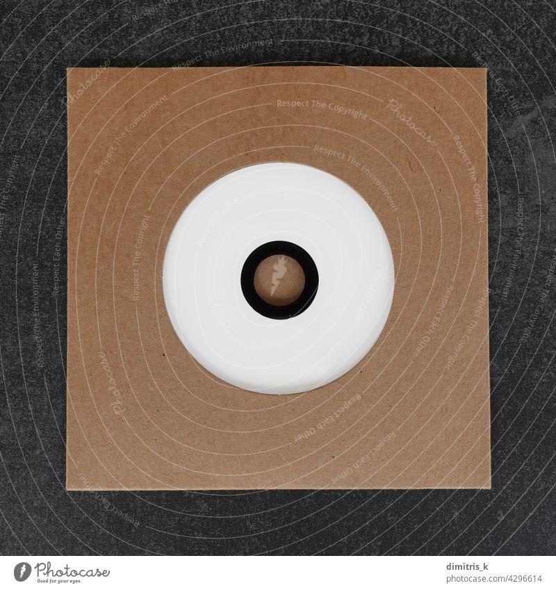 compact disc cd in kartonhülle blanko kennzeichnen Kompaktplatte Compact Disc gestanzt Karton Hülse Gestaltungselement. copy-space weiß braun Design kompakt