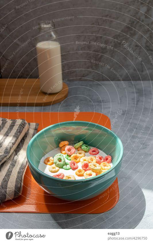 Frühstück mit buntem Müsli in einer Schale Mandel abgestimmt Blaubeeren Schalen & Schüsseln Kalorien Kohlenhydrat Nahaufnahme Farbbild Textfreiraum Mais