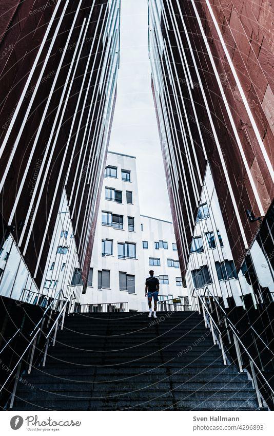 Mann läuft eine Treppe zwischen zwei imposanten Gebäuden hinab Architektur Moderne Architektur Fassade ästhetisch Symmetrie Design modern abstrakt Ordnung Linie
