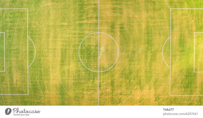 ein kleines Fußballfeld von oben Panorama Sport Fußballfeld von oben nach unten grün Gras Sonne Linien Fußballplatz im Sommer