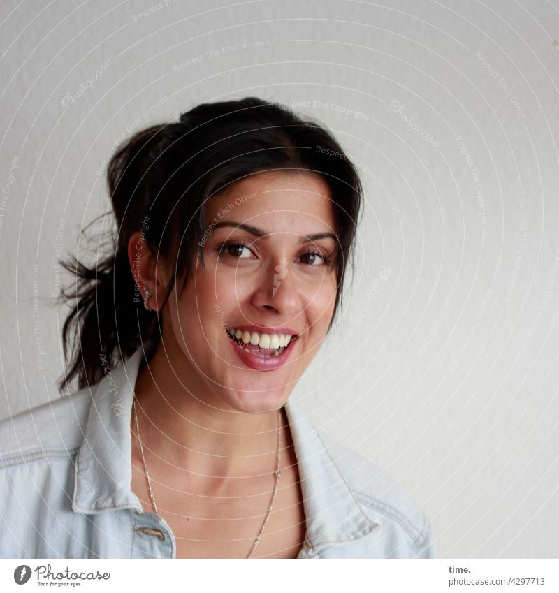 Estila freundlich zopf ohrringe schmuck portrait dunkelhaarig langhaarig Jeansjacke frau Blick nach vorn lachen fröhlich