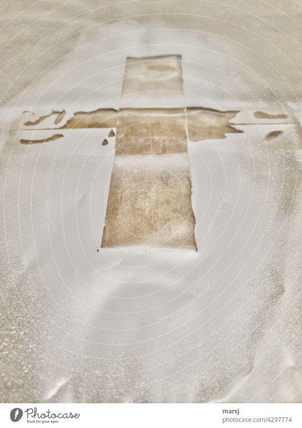 Kreuz. Hier hat mal ein Klebeband irgendetwas kreuzförmig abgedeckt. Symbole & Metaphern Christliches Kreuz Religion & Glaube Christentum Abdeckung Spritzschutz