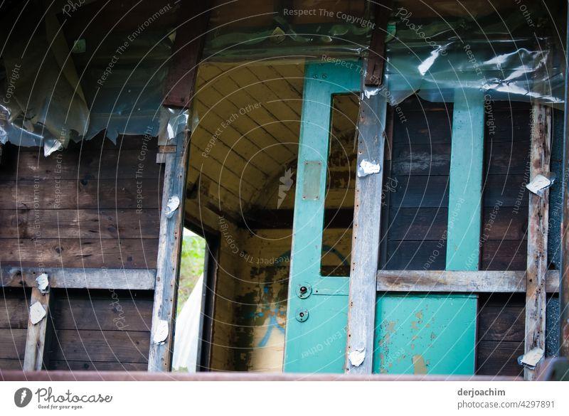 Abgestellt und ausgeråumt. Ein Eisenbahn Wagen mit Teilblick in das Innere. Eisenbahnwagen Industrie Außenaufnahme Farbfoto Metall Verkehr