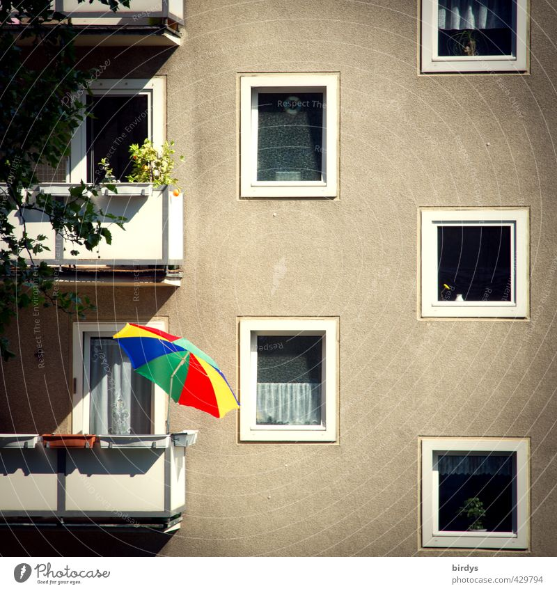 Anarchie Stadt Farbe Einsamkeit Haus grau außergewöhnlich Fassade Häusliches Leben leuchten trist Balkon Sonnenschirm Plattenbau Originalität Überleben Mieter