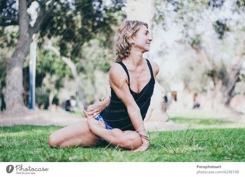 Hübsche Frau, die Yoga-Übungen im Park macht. Pose Gleichgewicht Gesundheit Sport Mädchen Menschen Körper Morgen sich[Akk] entspannen Lifestyle schön Pflege