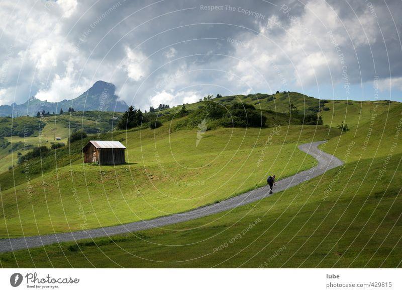 Einsamer Wanderer 1 Mensch Umwelt Natur Landschaft Himmel Wolken Sommer Klimawandel Wetter Hügel Felsen Alpen Berge u. Gebirge Gipfel Wege & Pfade wandern