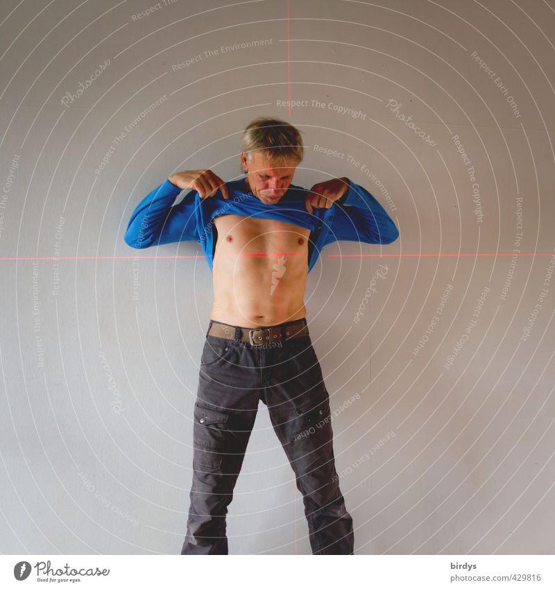 im Fadenkreuz Mensch Mann blau weiß nackt Erwachsene Traurigkeit außergewöhnlich maskulin stehen 45-60 Jahre Herz bedrohlich Ziel Verzweiflung Überraschung
