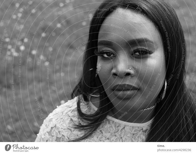 Gené nahaufnahme nachdenklich mustern skeptisch blick feminin portrait weiblich frau ohrring sw