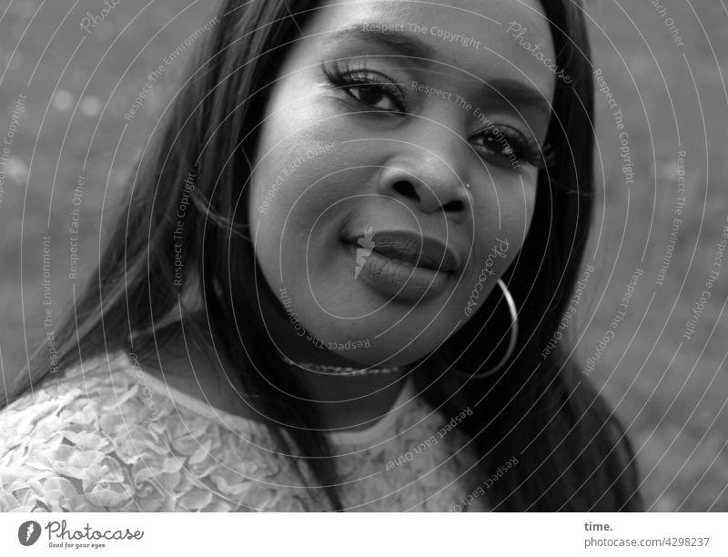 Gené nahaufnahme nachdenklich blick feminin portrait weiblich frau ohrring sw lächeln