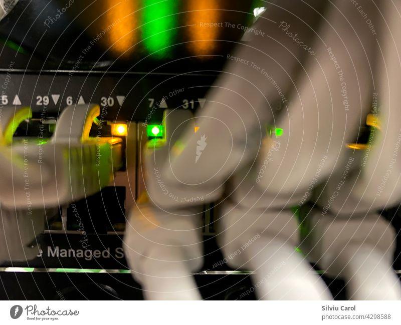Netzwerkleuchten und Kabel im Rechenzentrum Nahansicht Anschluss Computer Cyberspace Konzept Zentrum Technik & Technologie Mitteilung Schalter Draht Ethernet