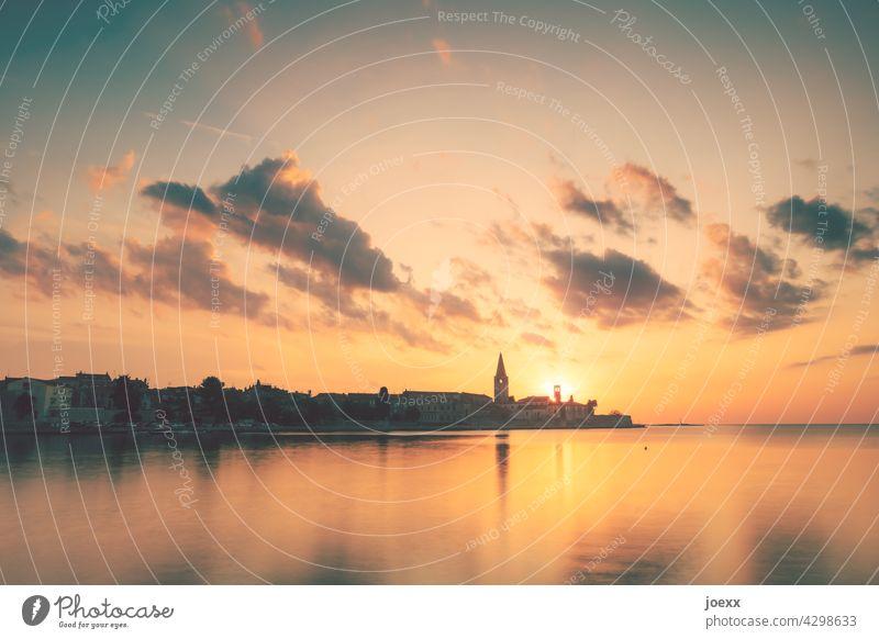Kroatische Stadt Poreč am Meer bei Sonnenuntergang Alt historisch Urlaub Istrien Tourismus Ferien & Urlaub & Reisen Kirchturm romantisch Himmel Architektur