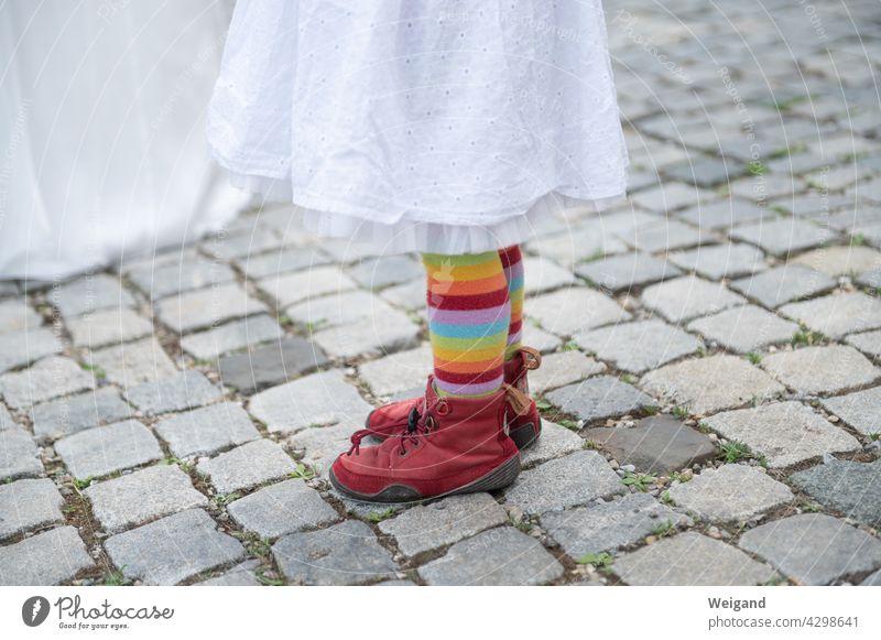 Kind mit Regenbogenhose bunt Mädchen Feier divers Gendergerechtigkeit Grundschule Kita farbenfroh Lebenslust