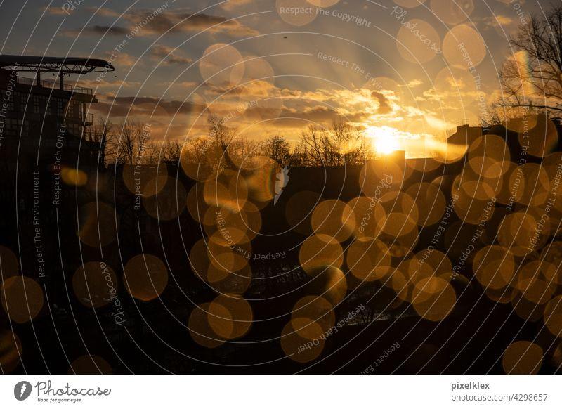 Berliner Sonnenuntergang Fenster Fensterscheibe Regen Regentropfen Scheibe Glas Glasscheibe Wasser Wassertropfen Bokeh Blendenfleck Sonnenstrahlen Lichtstrahlen
