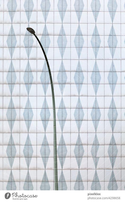 Straßenlaterne am Platz der Vereinten Nationen, Berlin Wand Haus Hauswand Laterne Plattenbau Gebäude 70er Jahre retro Architektur DDR