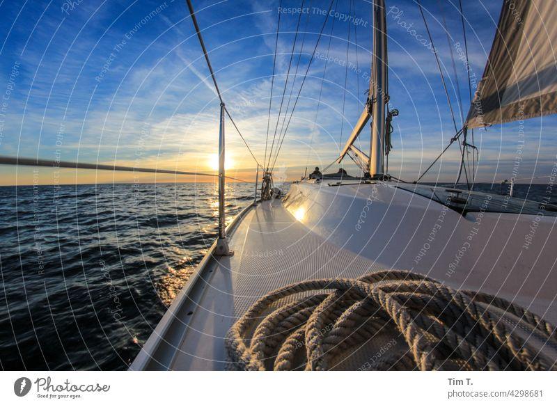 Blick über ein Schiffsdeck in den Sonnenuntergang Segelschiff Wasser Meer Segeln Segelboot Ferien & Urlaub & Reisen Schifffahrt Außenaufnahme Farbfoto