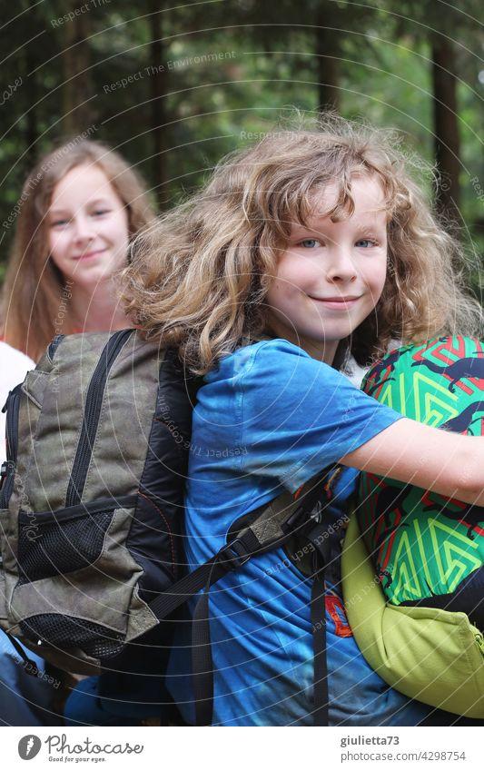Ferienzeit | Geschwister freuen sich schon auf den Urlaub Porträt 2 Junge Mädchen Rucksack Gepäck Urlaubsstimmung Ferien & Urlaub & Reisen gepackt Freude
