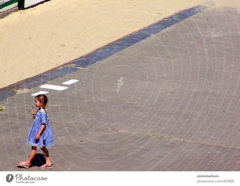fröhlich.. Kind Mädchen Strand Glück Fröhlichkeit Kleid Promenade Süßwaren Lollipop