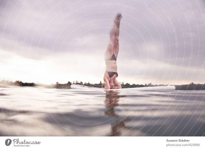 SUP | Kopfstand Mensch Frau Himmel Wasser Erholung ruhig Erwachsene feminin Sport Schwimmen & Baden See Körper Wellen Wassertropfen Fitness Schwimmbad