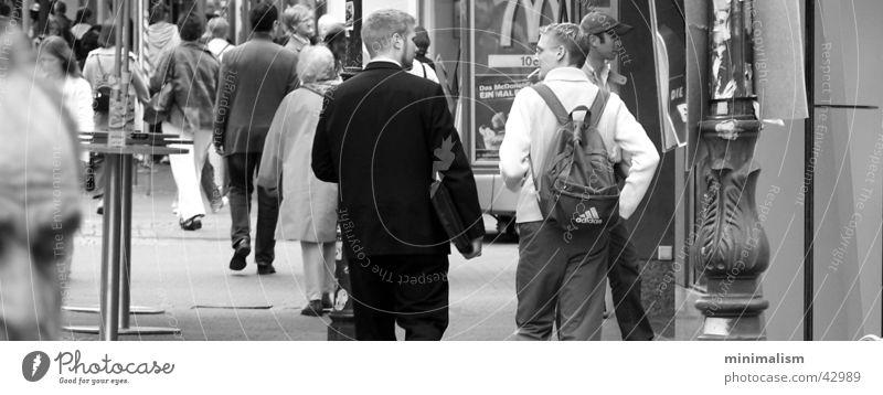 eine momentaufnahme Fußgängerzone Menschengruppe sprechen Freude