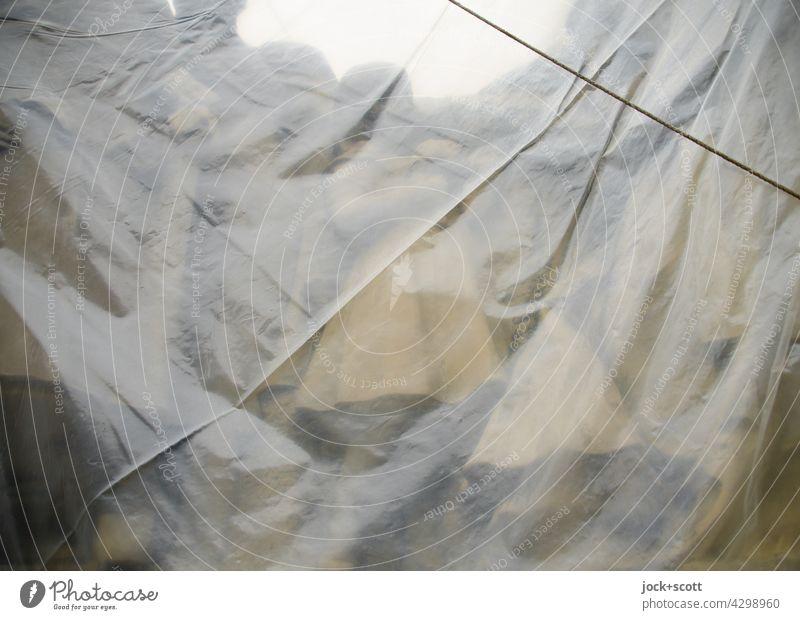 Gruppe von Figuren eingehüllt Kunstwerk Skulptur Sehenswürdigkeit Denkmal Budapest durchsichtig historisch Gedeckte Farben Plastikplane Schutz Seil Kultur
