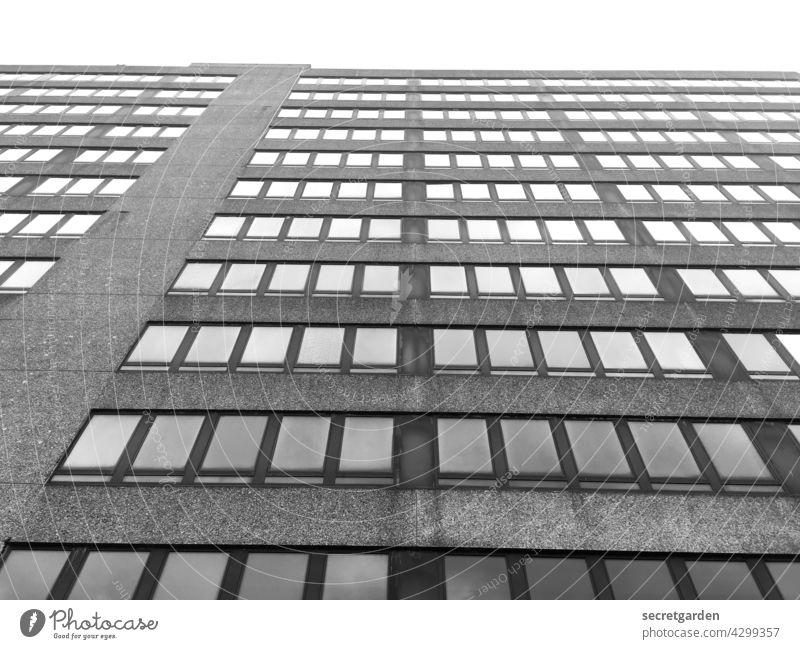 Himmelhochjauchzende Perspektive (1) Hochhaus Fassade Schwarzweißfoto minimalistisch Fenster Bürogebäude trist Architektur langweilig Altbau Gebäude modern