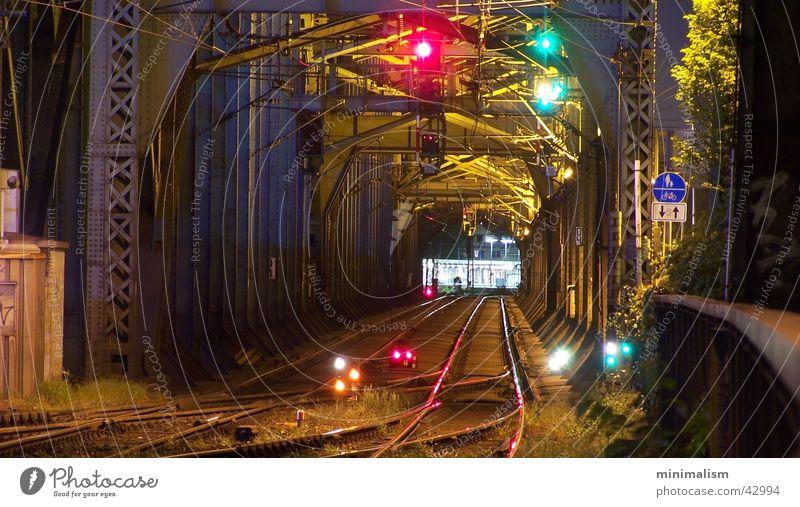 ..beide richtungen Eisenbahn Gleise Nachtaufnahme Langzeitbelichtung Hohenzollernbrücke Köln Hauptbahnhof Träger Stahlträger Verkehr stahlkonstuktion