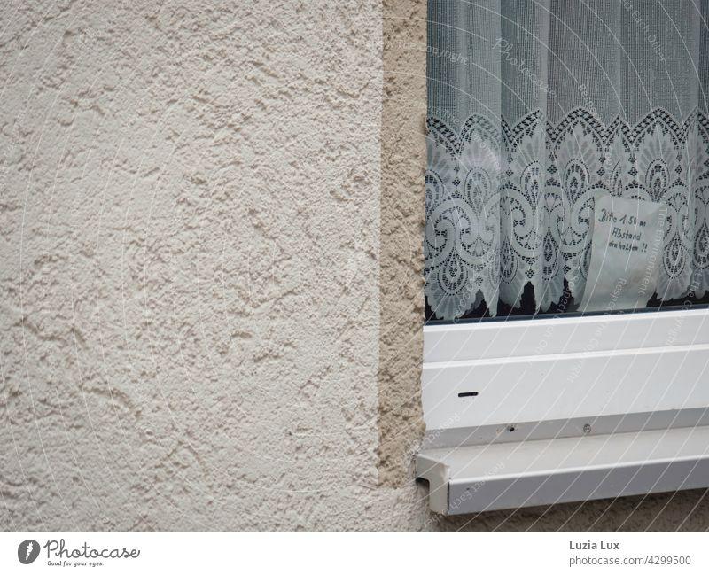 Mindestabstand einhalten oder ein romantischer Hinweis, wo man ihn nicht vermutet Fenster Gardine Spitze Spitzengardine zart altmodisch Zettel handschriftlich