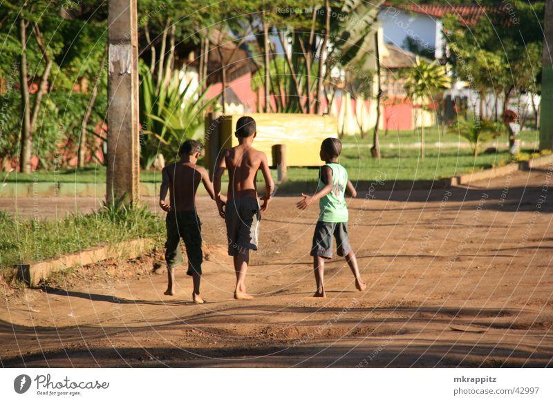 Itacare Kids Ferien & Urlaub & Reisen Brasilien Itacaré Kind Junge Spielen Schlagloch Sommer Südamerika Salvador de Bahia Straße Außenaufnahme