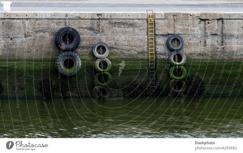 Hafenmauer mit Zugangsleiter und Altreifen Wand MEER Laufmasche Meer Portwein Anlegestelle Stein Landen Mauerwerk Maurerhandwerk Beton Architektur Küste