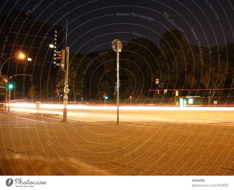 Ein Abend in Hamburg Nacht Langzeitbelichtung Geschwindigkeit Verkehr Ampel Straße Scheinwerfer