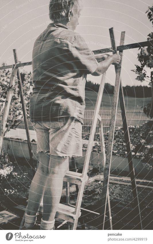 bohnenstange Garten Frau Gärtnerin Bohnenstange Natur wachsen Gemüse natürlich pflanze Stangenbohnen Selbstversorger gesund leben Vintage-Stil Monochrom